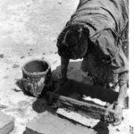 Schigatse, Bausteine werden aus Lehm geformt